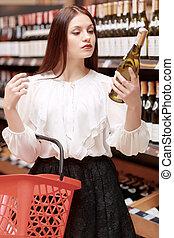 donna, negozio, prese, bottiglia, vino