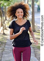 donna nera, correndo, in, un, urbano, parco