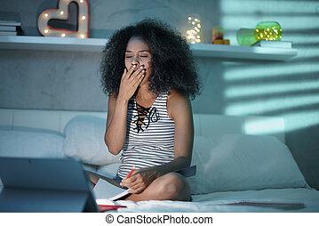 donna nera, studiare, notte, con, computer portatile