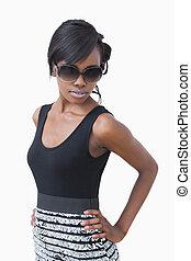 donna, nero portare, vestire, e, occhiali da sole