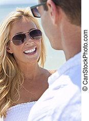 donna, occhiali da sole, coppia, attraente, spiaggia, uomo
