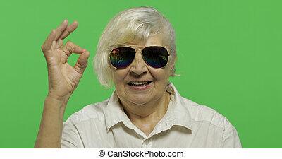 donna, occhiali da sole, mostra, chroma, anziano, chiave, ok, smiles., gesto