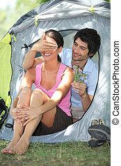 donna, offerta, tenda, fronte, fiori, uomo