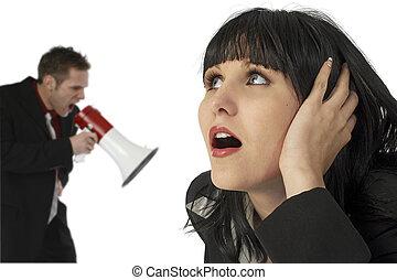 donna, orecchia coprire, uomo, berciare, in, bullhorn
