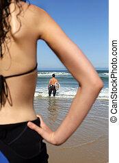donna, osservare, lei, ragazzo, surf