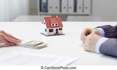 donna, pagamento, soldi, a, agente immobiliare, e, presa,...