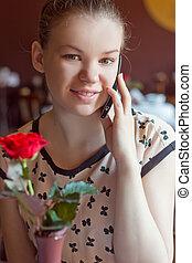 donna parlando, su, telefono cellulare, in, caffè