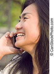 donna parlando, telefono cellulare