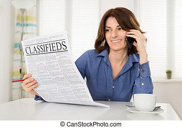 donna parlando, telefono mobile, mentre, tenendo giornale