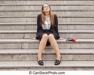 donna pensante, scale, ufficio, tavoletta