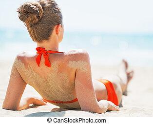 donna, posa, giovane, spiaggia., vista posteriore