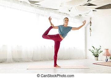 donna, posa yoga, giovane, fornito gambe, uno, studio