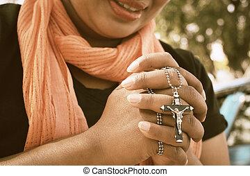 donna pregando, croce, mani