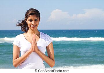 donna pregando, spiaggia
