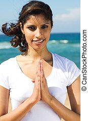 donna pregando, spiaggia, indiano