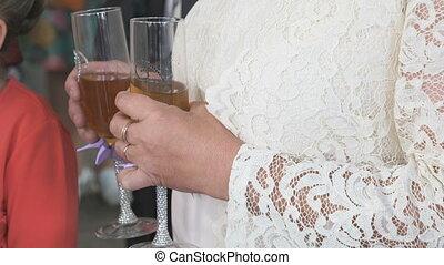 donna, prese, due, occhiali, di, champagne., primo piano