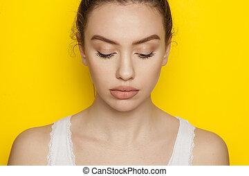 donna, proposta, sfondo giallo