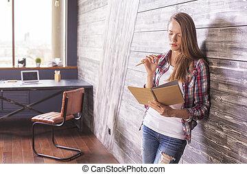 donna, quaderno, mani