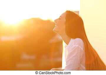 donna, respirazione, a, tramonto, in, uno, balcone