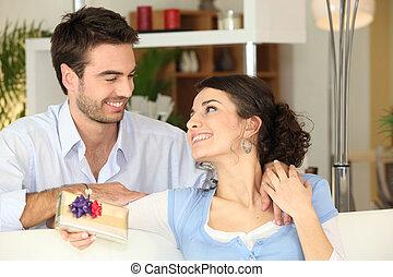 donna, ricevimento, regalo, uomo