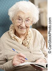 donna rilassa, completare, cruciverba, casa, anziano, sedia