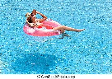 donna rilassa, giovane, felice, stagno, nuoto