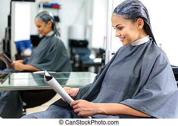 donna rilassa, in, salone capelli