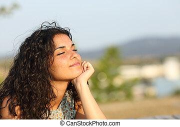 donna rilassa, in, uno, calore, parco