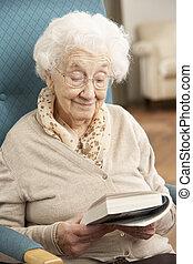 donna rilassa, libro, casa, anziano, lettura, sedia