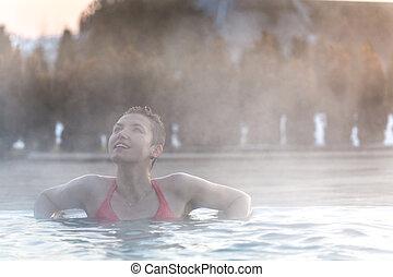 donna rilassa, pool., giovane, termico