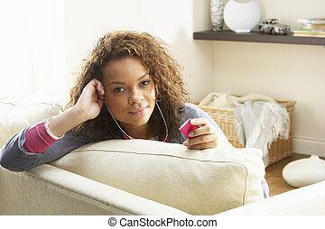 donna rilassa, seduta, cuffie, tappeto, giocatore, mp3, ascolto, casa