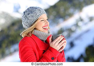 donna, riscaldamento, con, uno, tazza caffè caldo, in, inverno