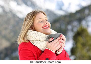 donna, riscaldamento, presa a terra, uno, tazza da caffè, in, inverno