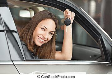 donna, road., seduta, automobile, ottenere, giovane, posto, dall'aspetto, pronto, macchina fotografica, attraente, chiave, presa a terra, fronte