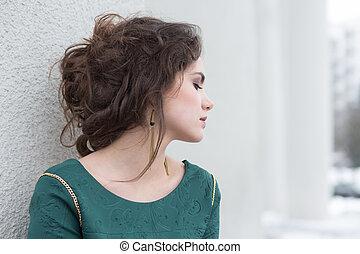 donna, romantico, parete, sopra, solitudine, verde, esterno., vestito bianco, caucasico