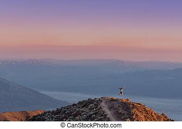 donna, salti, a, tramonto, in, valle morte, montagne