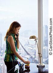 donna, scrive, telefono, nota appiccicosa, metallico, segretario