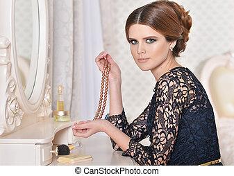 donna sedendo, a, tavola veste, con, collana, di, perle