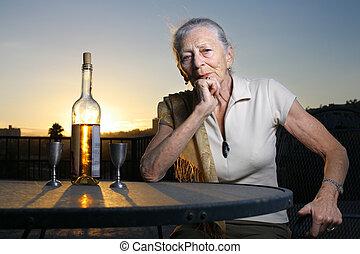 donna sedendo, anziano, fuori, tavola, sunset.