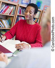 donna sedendo, blocco note, libro biblioteca, focus), (selective, uomo