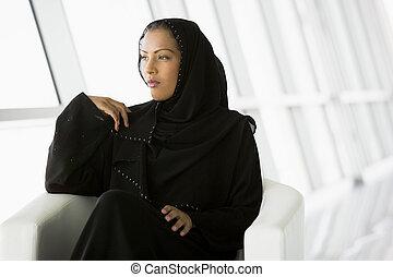 donna sedendo, (high, key/selective, dentro, focus)