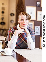 donna sedendo, in, il, caffè, solo, con, uno, tazza