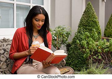 donna sedendo, smoothie, giovane, panca, libro, lettura