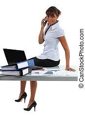 donna sedendo, tavola, in, ufficio