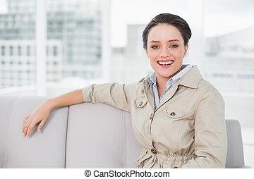 donna sedendo, vestito, bene, giovane, divano, sorridente