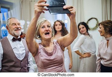 donna, selfie, marito, o, compleanno, smartphone., matrimonio, anziano, presa, festa