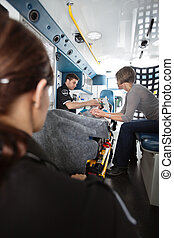 donna senior, ambulanza, cura