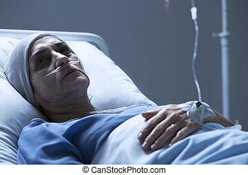 donna senior, ammalato, cancro