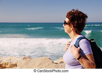 donna senior, camminare, spiaggia