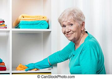 donna senior, casa pulizia